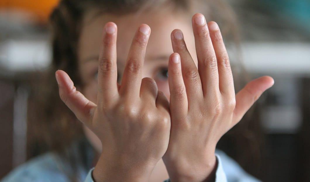 Derrière son petit doigt